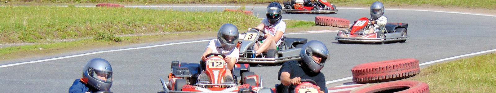 Varias personas disfrutando de una carrera de karts