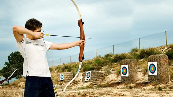Chico practicando tiro con arco