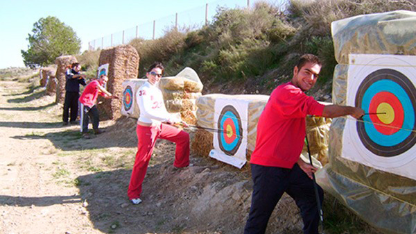 familia disfrutando haciendo tiro con arco