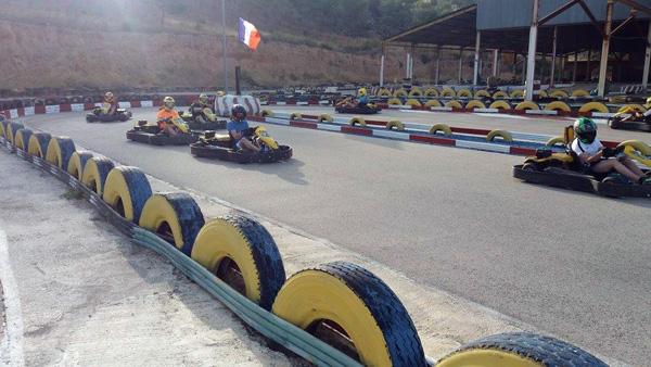 Cinco chicos comenzando una carrera de karts